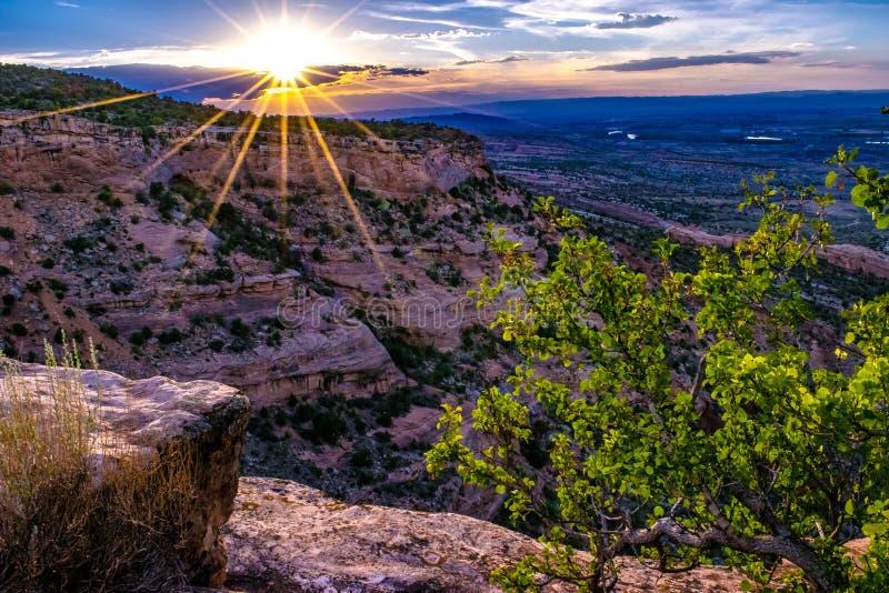 Заход солнца через ущелье каньона на памятниках в Grand Junction, Колорадо стоковая фотография rf