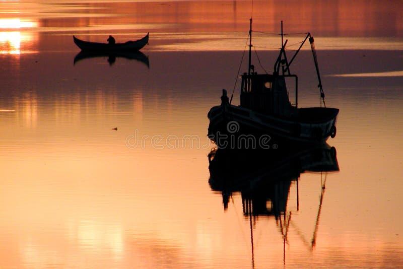 заход солнца шлюпок стоковые фотографии rf