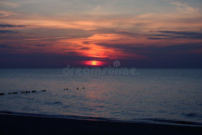 Download заход солнца стоковое изображение. изображение насчитывающей вода - 18391447