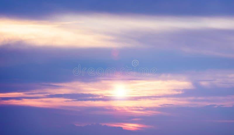 Заход солнца Cloudscape в ярких голубых и фиолетовых цветах в лете стоковые изображения rf