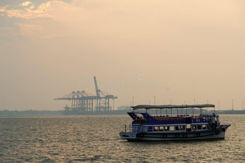 заход солнца cochin груза гаван стоковое изображение