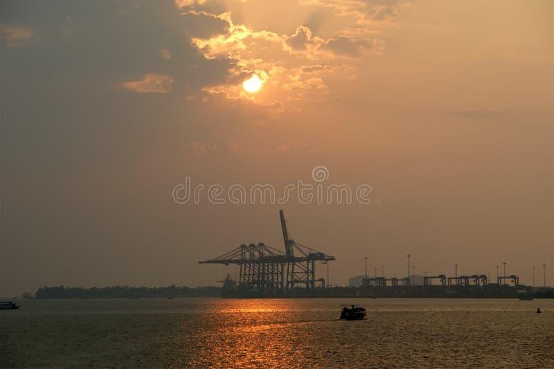заход солнца cochin груза гаван стоковые фото