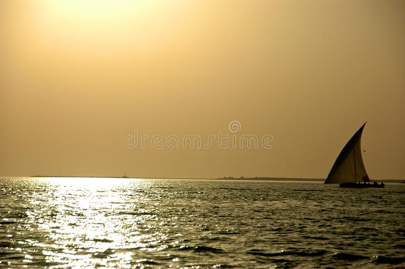 заход солнца dhow стоковая фотография rf
