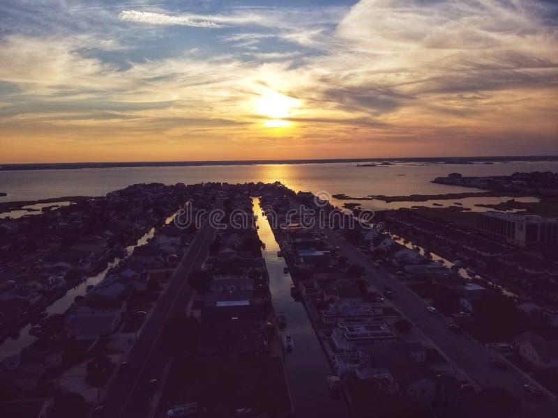 Заход солнца Dreamscape над городом океана стоковое фото rf