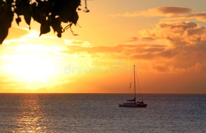 заход солнца hawaiian шлюпки стоковые изображения rf