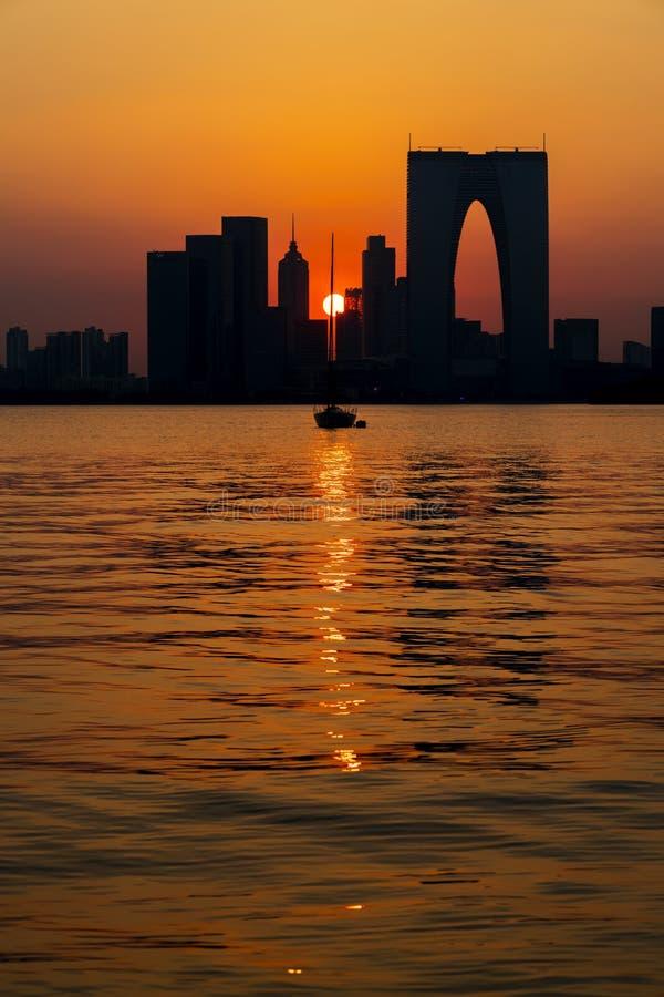 Заход солнца Jinjihu, на Сучжоу стоковые фотографии rf