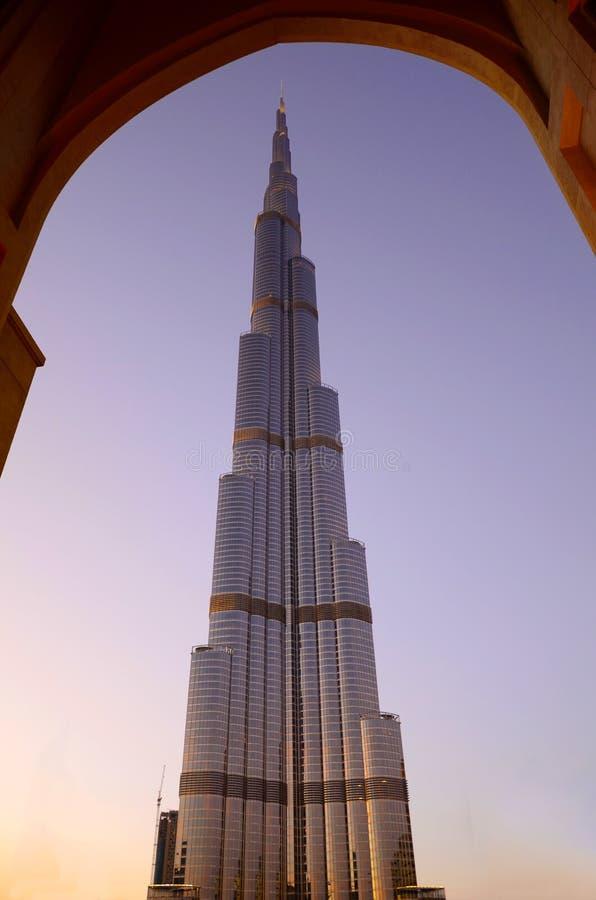 заход солнца khalifa Дубай burj стоковые изображения