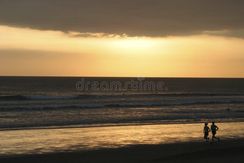 Download заход солнца Kuta пляжа Bali Стоковое Фото - изображение насчитывающей спорт, тюкованный: 85676