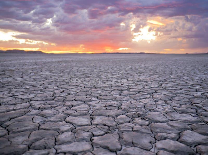 заход солнца lakebed пустыней стоковое изображение rf