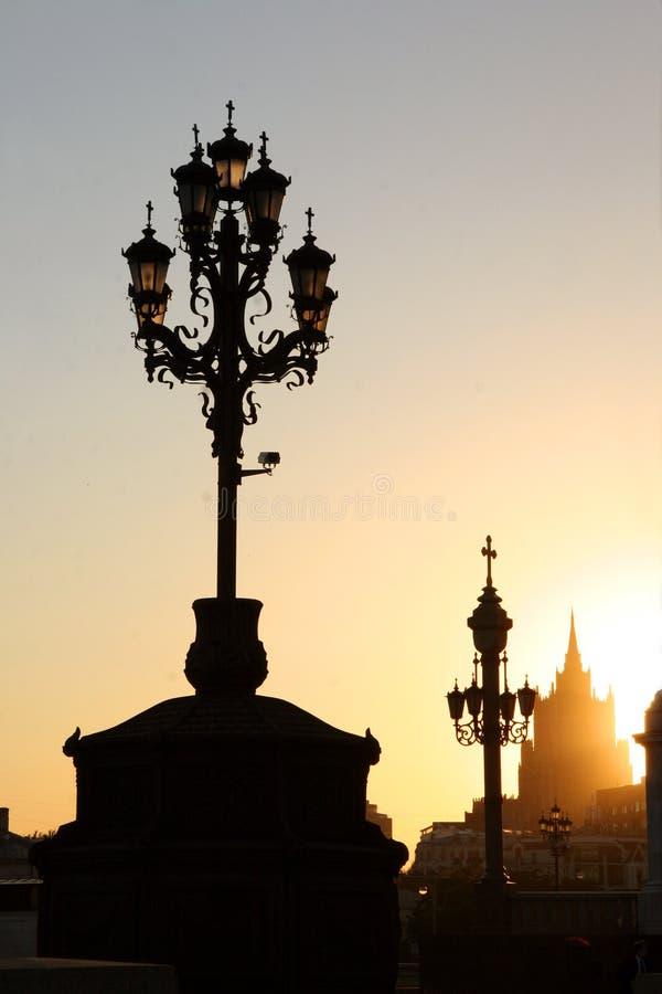заход солнца lampposts стоковая фотография