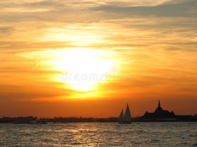 заход солнца nyc стоковое изображение rf