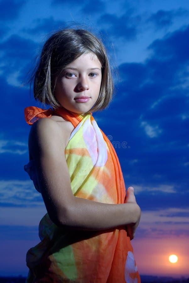 заход солнца pareo девушки предназначенный для подростков стоковые фотографии rf