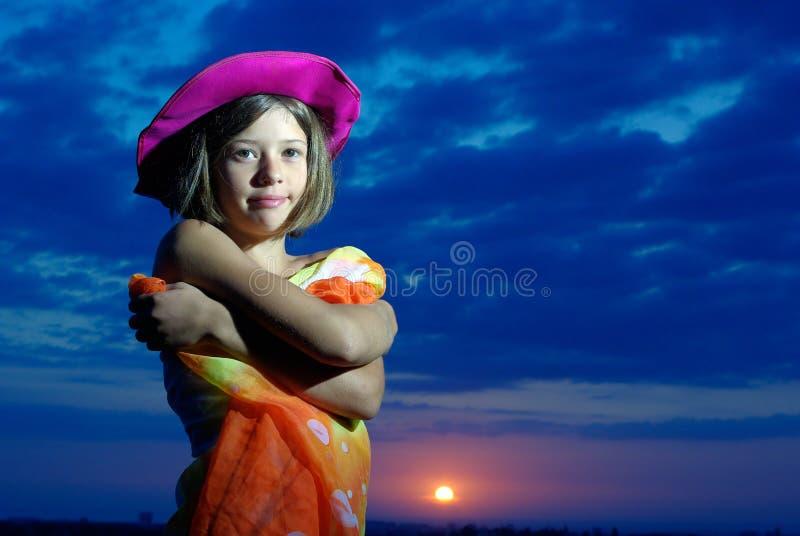 заход солнца pareo девушки ся предназначенный для подростков стоковое изображение