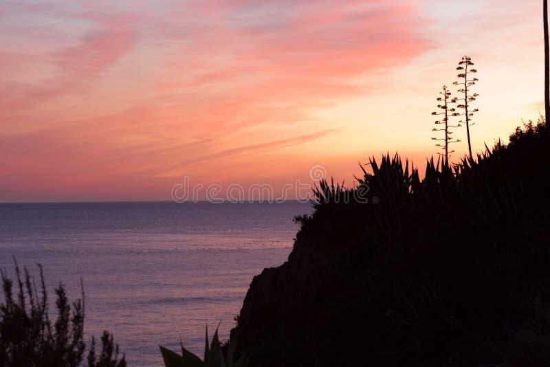 заход солнца rocha praia da Португалии пляжа algarve стоковые фотографии rf