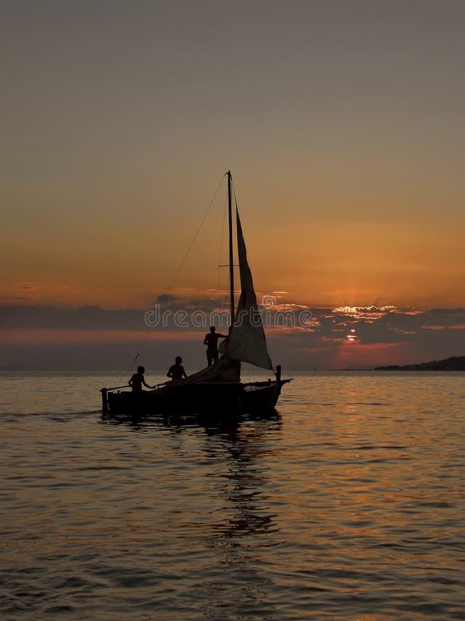 заход солнца sailing шлюпки стоковая фотография rf