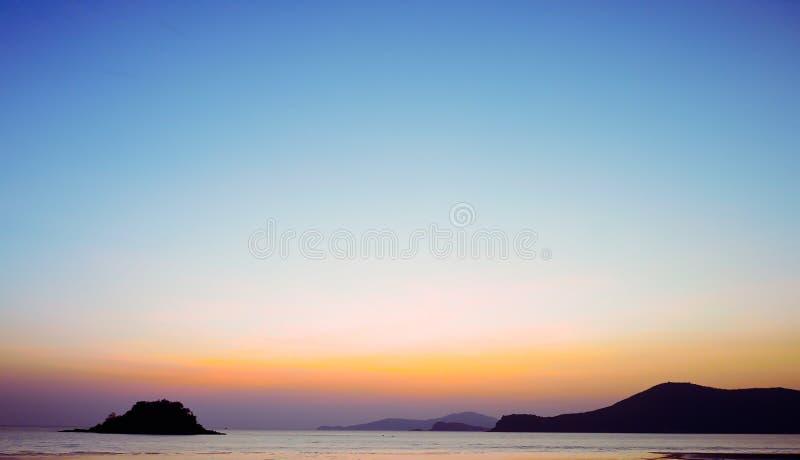 Заход солнца Seascape сценарный на Таиланде Концепция перемещения тропическая стоковая фотография rf