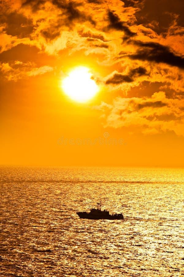 заход солнца seascape шлюпки стоковая фотография rf
