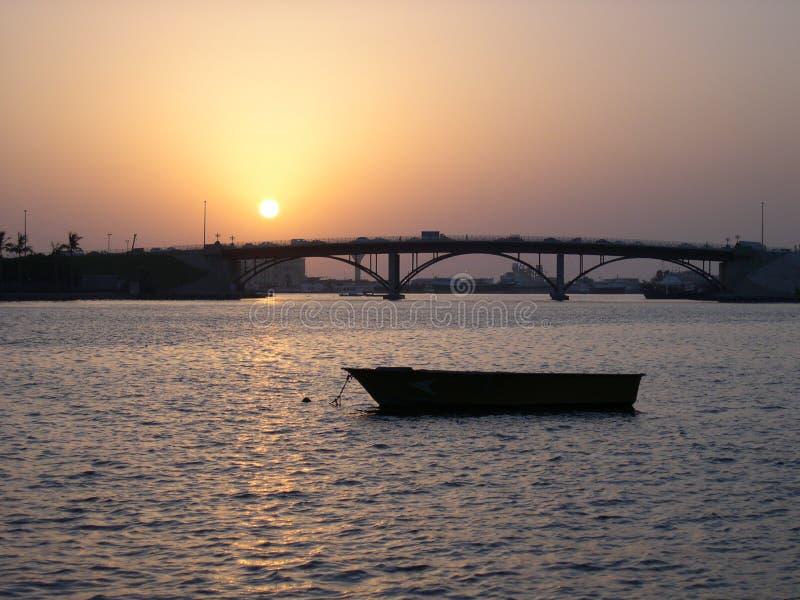 заход солнца sharjah corniche стоковые изображения rf