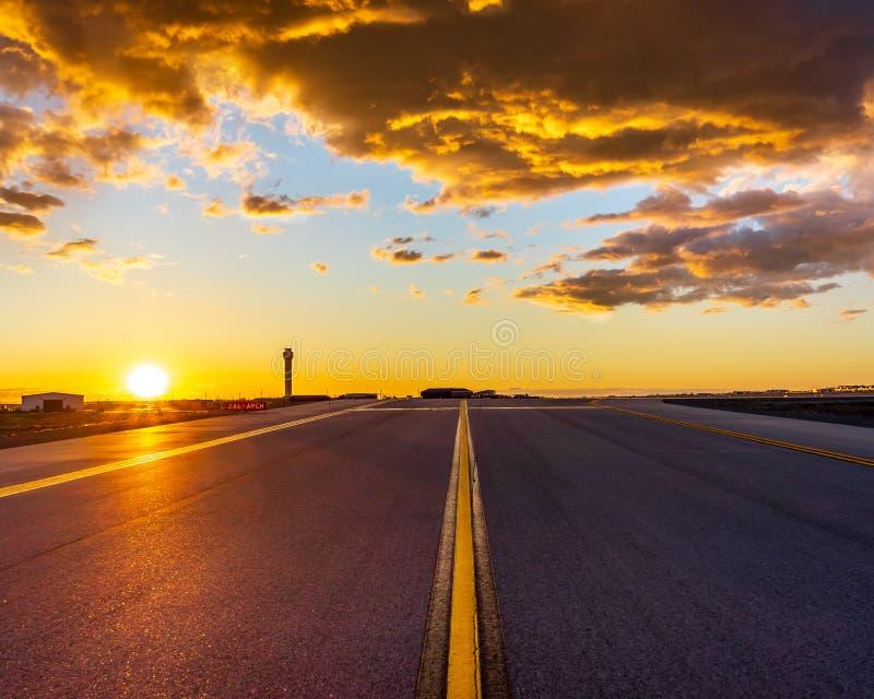 Заход солнца Taxiway стоковые фотографии rf