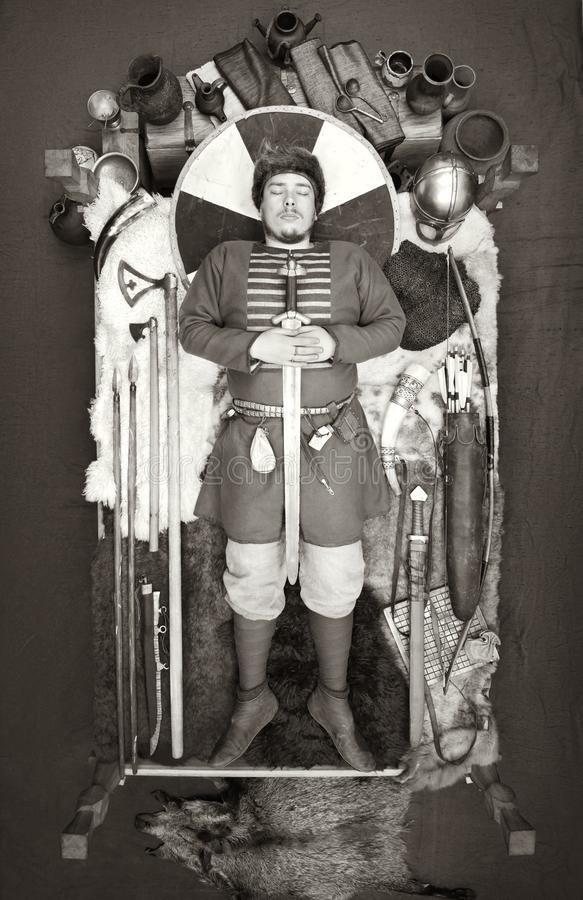 Захоронение Викинга Историческая реконструкция таможен древних людей стоковая фотография
