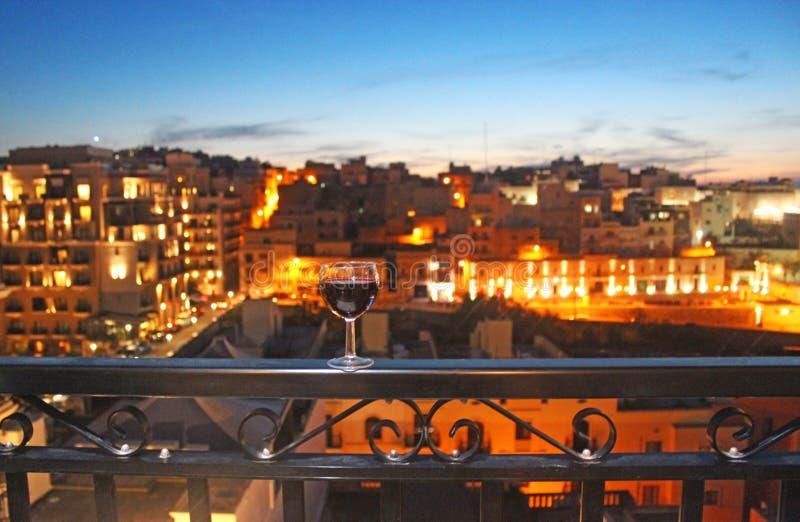 Заход солнца-балкон-рюмка стоковое изображение rf