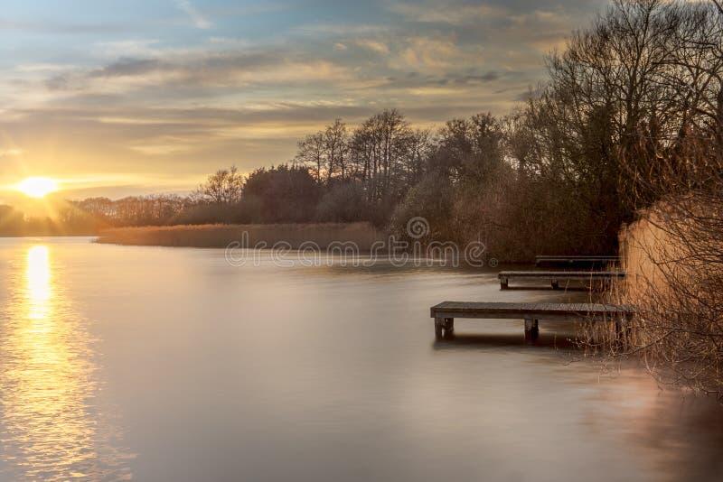 Заход солнца берега озера стоковая фотография