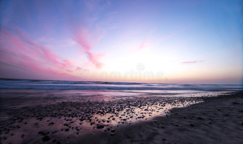 Заход солнца берега океана стоковое изображение
