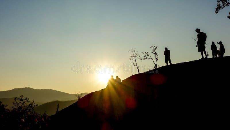 Заход солнца вахты Backpackers в Таиланде стоковая фотография rf