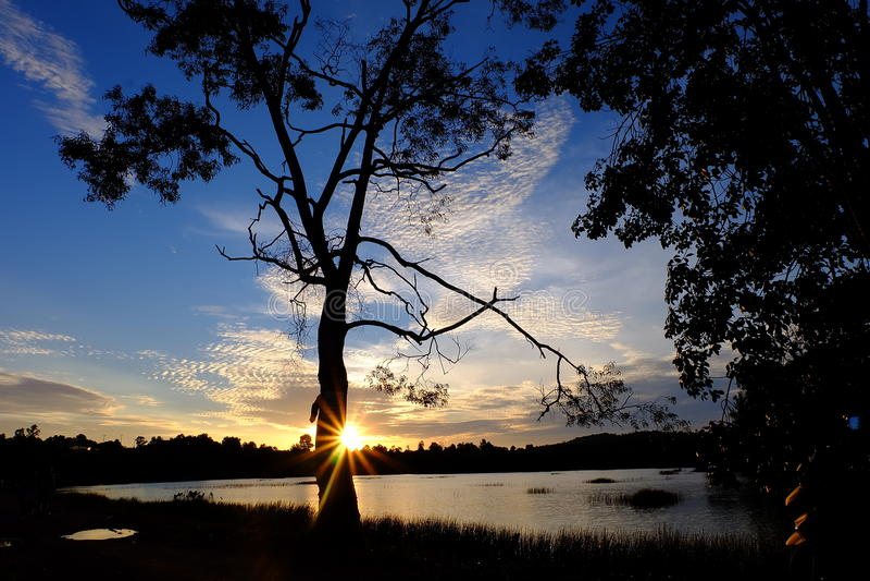 Заход солнца вида на озеро стоковые фотографии rf