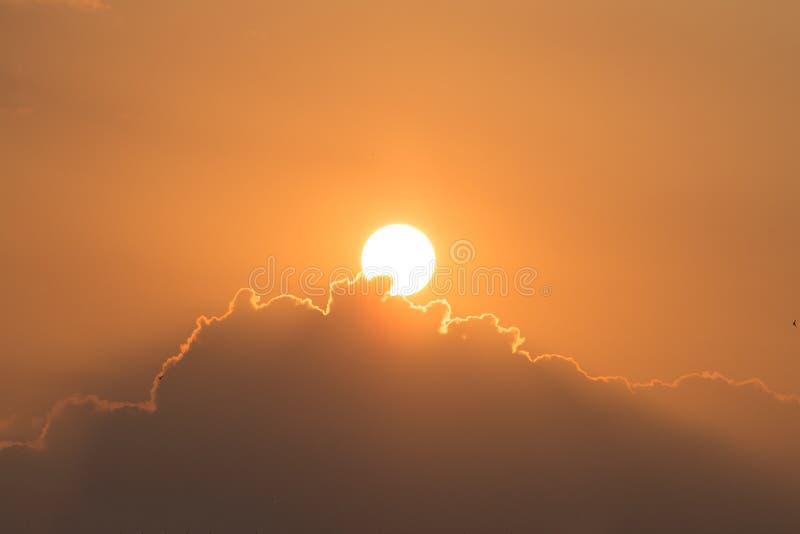Заход солнца/восход солнца с облаками, световыми лучами и другим атмосферическим e стоковые изображения