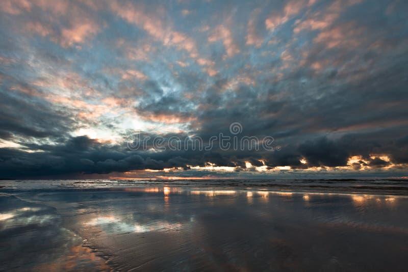 Заход солнца в Балтийском море, стоковая фотография