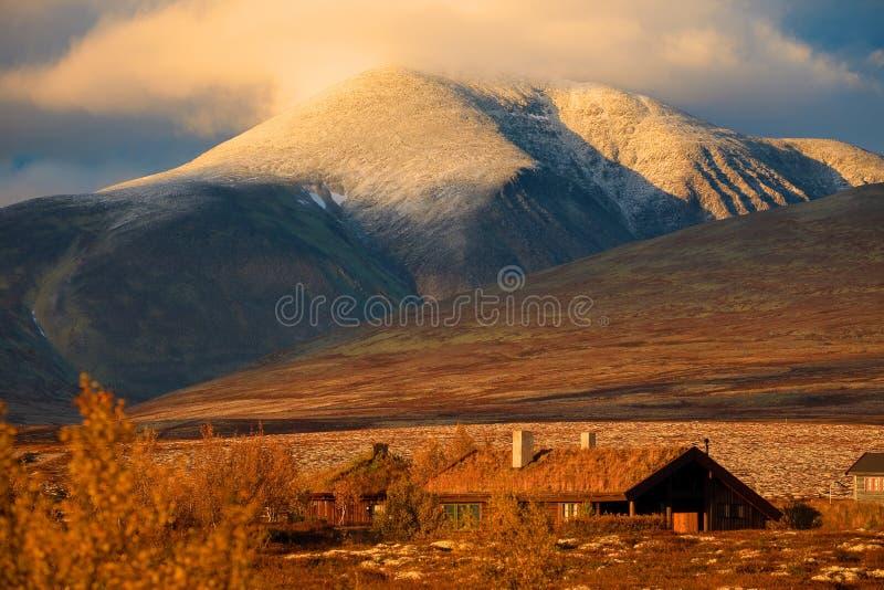 Заход солнца в горах Норвегии стоковые фотографии rf