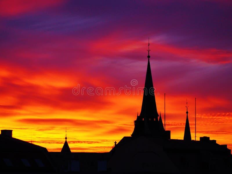 Заход солнца в декабре над городом стоковая фотография