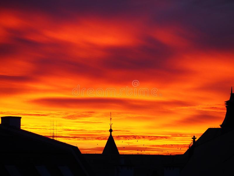 Заход солнца в декабре над городом стоковые фото