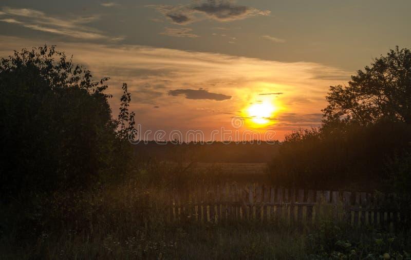 Заход солнца в деревне стоковые фото