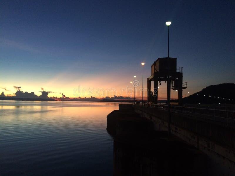 Заход солнца в запруде стоковые фотографии rf