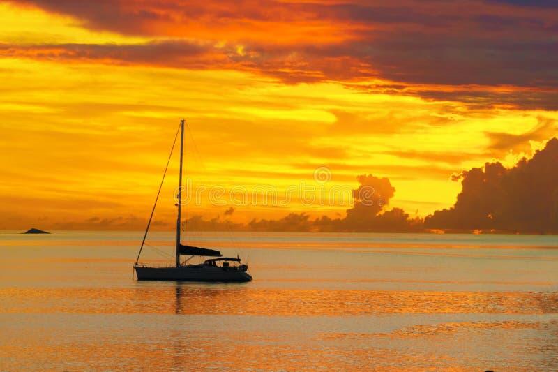 Заход солнца в море и плавание плавать силуэт с красивым ландшафтом Вест-Инди стоковое фото rf