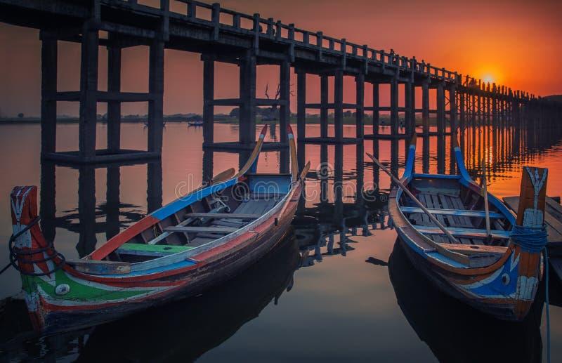 Заход солнца в мосте u Bein с винтажной шлюпкой стоковое фото rf