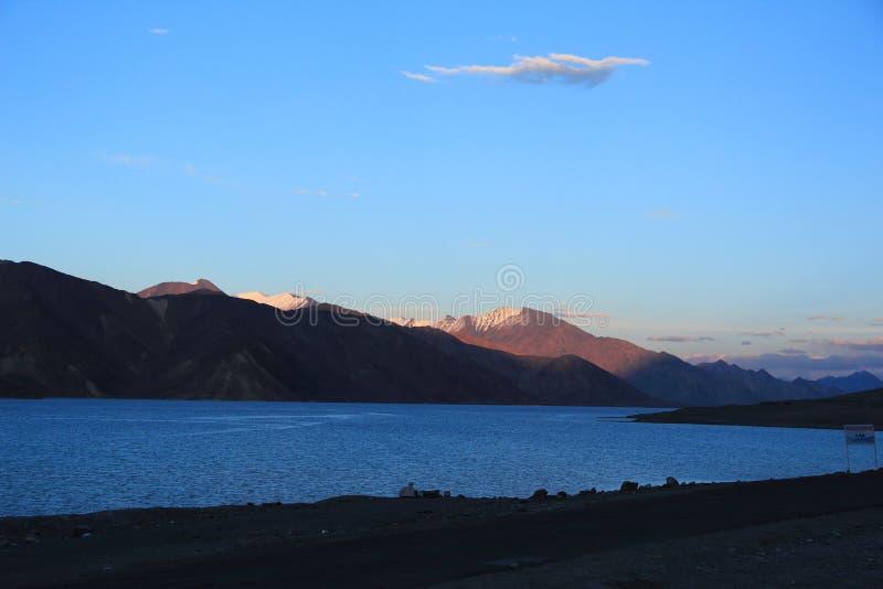 Заход солнца в озере Pangong стоковое фото