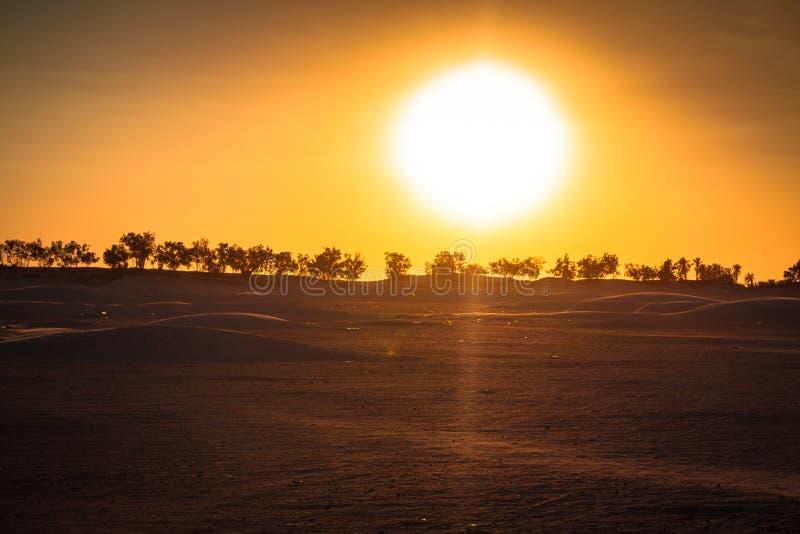 Заход солнца в пустыне Сахары - Douz, Тунис стоковые изображения rf
