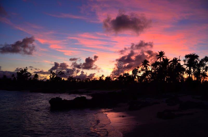 Заход солнца в пляже Eton, Вануату стоковое изображение rf