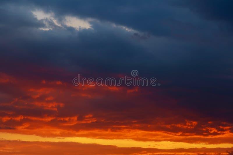 Заход солнца в реке с отражением стоковая фотография
