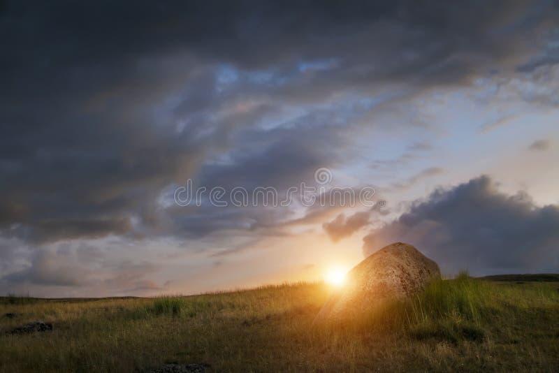 Заход солнца в степи, красивом небе с облаками, Платоне Ukok вечера, никто вокруг, Altai, Сибирь, Россия стоковое фото rf