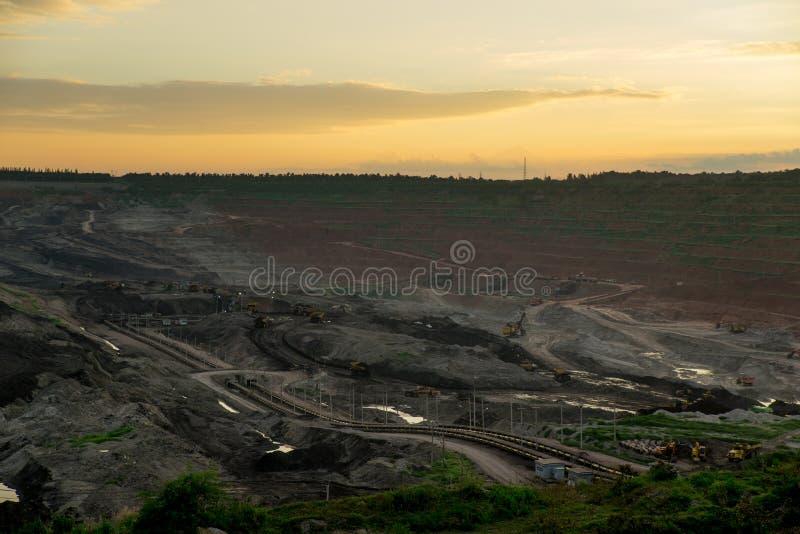 Заход солнца в угольной шахте стоковые изображения rf