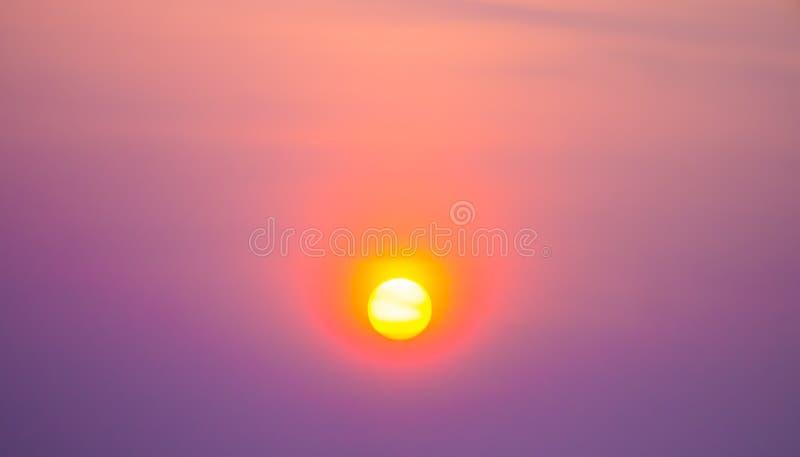 Заход солнца в ярком небе стоковые изображения