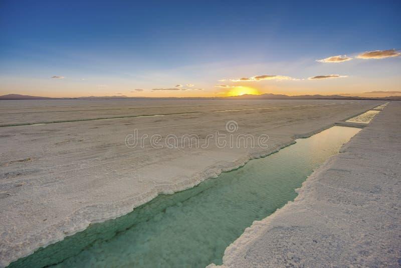 Заход солнца в Salinas Grandes в Jujuy, Аргентине стоковые фото