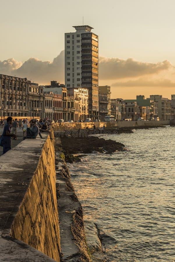 Заход солнца Гавана променада Malecon людей стоковая фотография rf