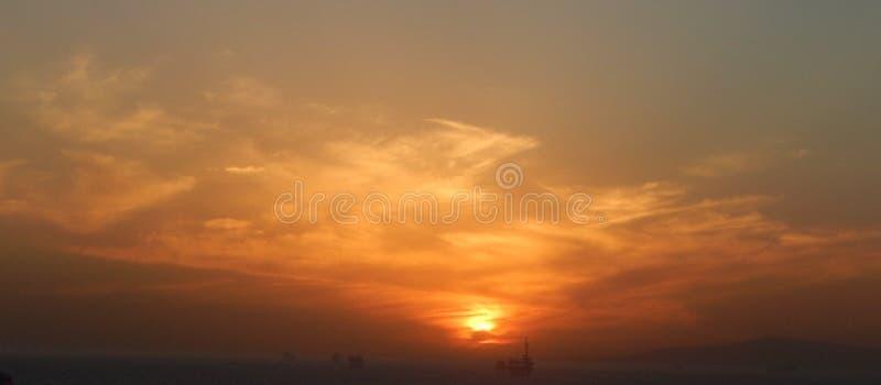 Заход солнца горизонта над водой стоковые фотографии rf