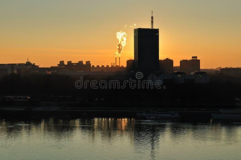 Заход солнца города и дым стоковое фото