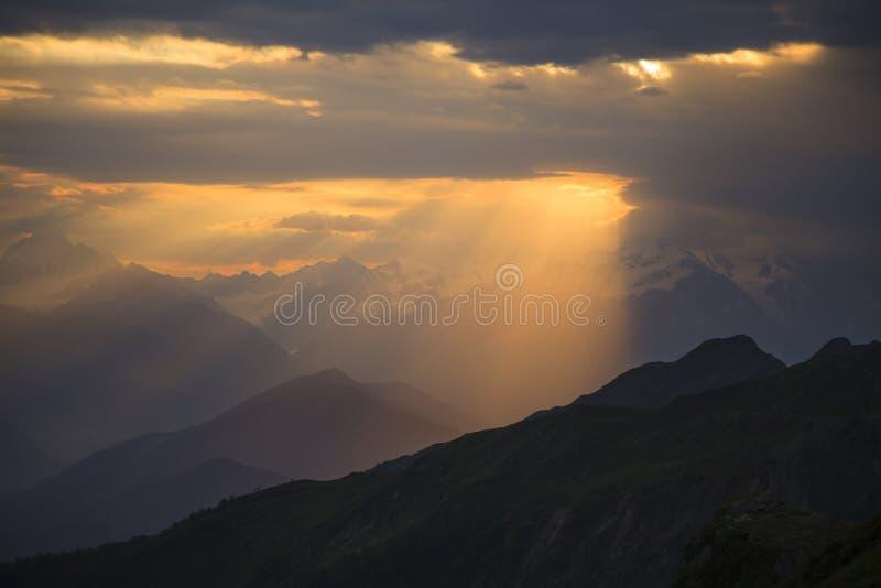 заход солнца гор ландшафта изображения hdr стоковые фотографии rf